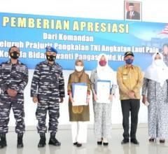 Apresiasi Dedikasi yang Luar Biasa, TNI AL Beri Penghargaan Bidan Awanti Pangas